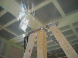 天井気密部分と柱、筋交いの取合い部分の処理